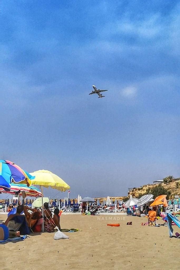 Spiaggia di Magaggiari: decollo di un aereo